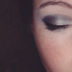 Je trace ensuite mon trait d'eyeliner (noir).